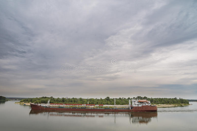 El petrolero del tipo navegación del río-mar en el río imagen de archivo