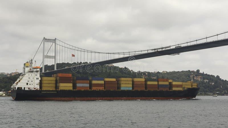 El petrolero marítimo cargado flota debajo del puente con el Golde fotografía de archivo