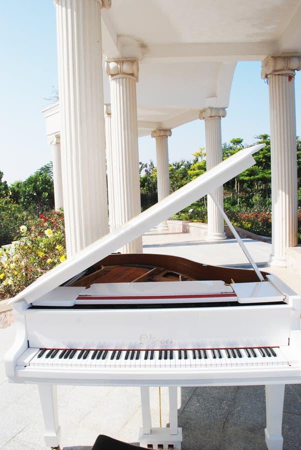 El piano en el jardín imagenes de archivo