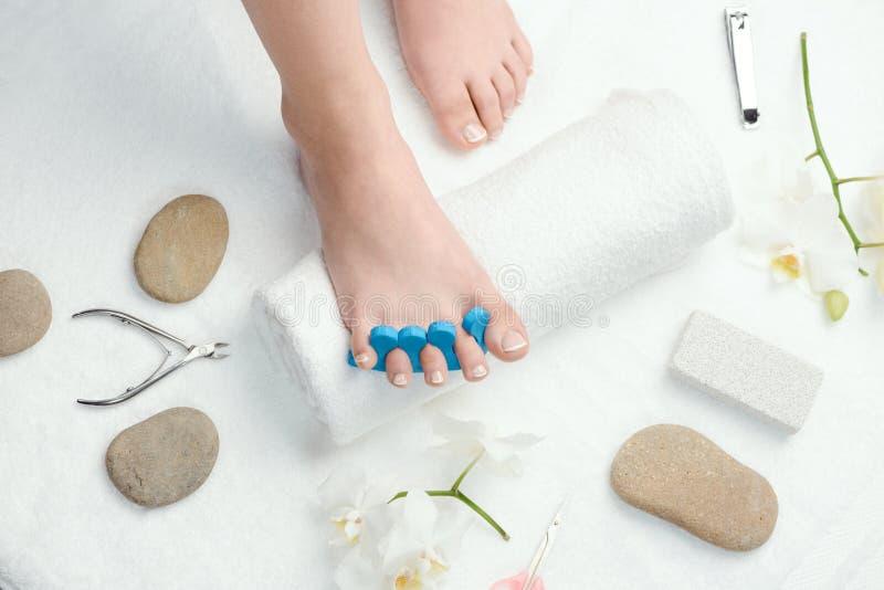 El pie de la mujer con el separador del dedo del pie imagen de archivo libre de regalías