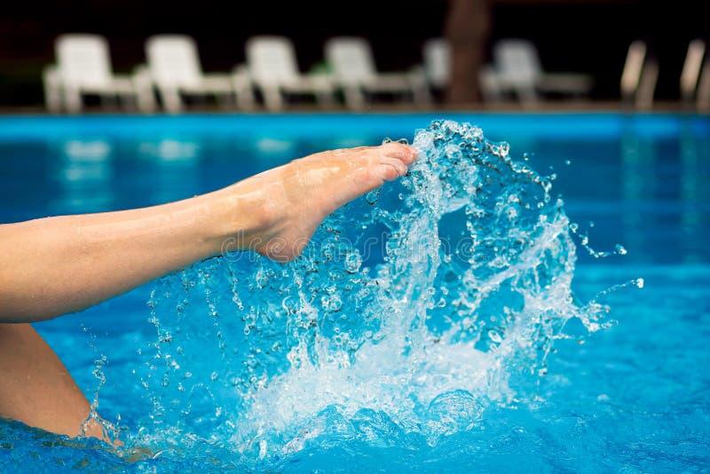 El pie salpica por la piscina imagen de archivo libre de regalías