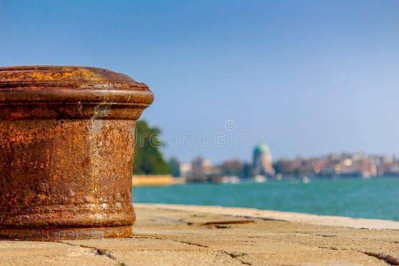 El pilar viejo en el embarcadero imagen de archivo
