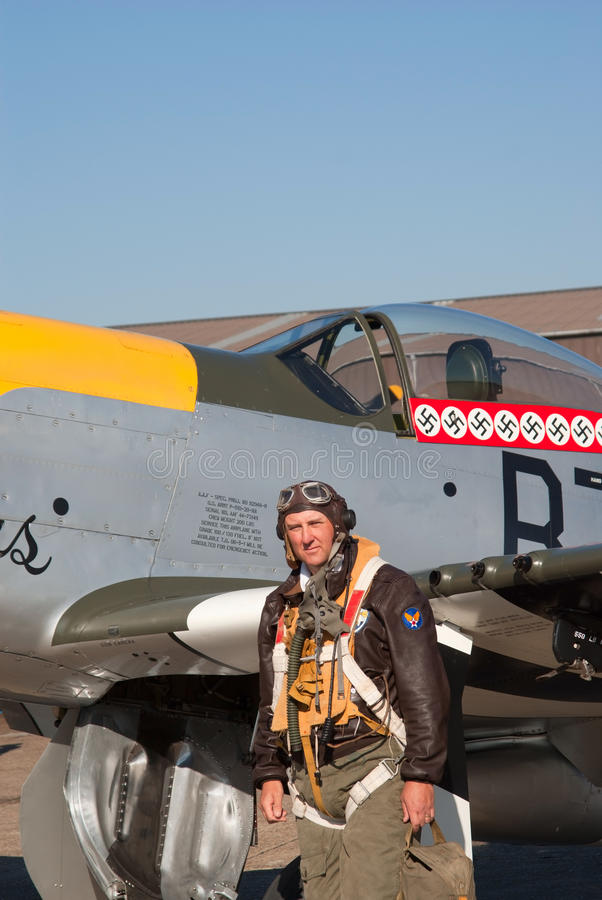 El piloto en el uniforme de WWII coloca el mustango cercano imagen de archivo libre de regalías