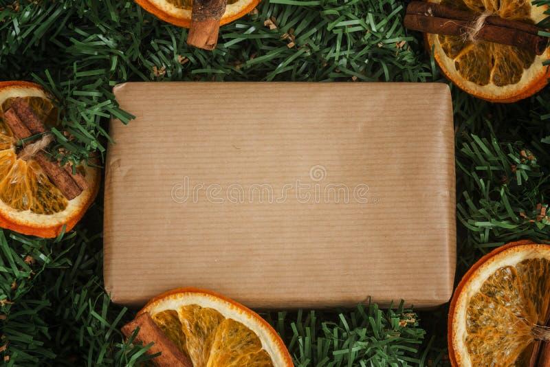 El pino ramifica, regalo del arte, naranjas secadas, canela foto de archivo libre de regalías