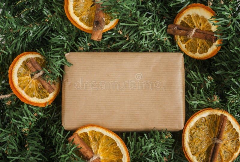 El pino ramifica, regalo del arte, naranjas secadas, canela fotos de archivo libres de regalías
