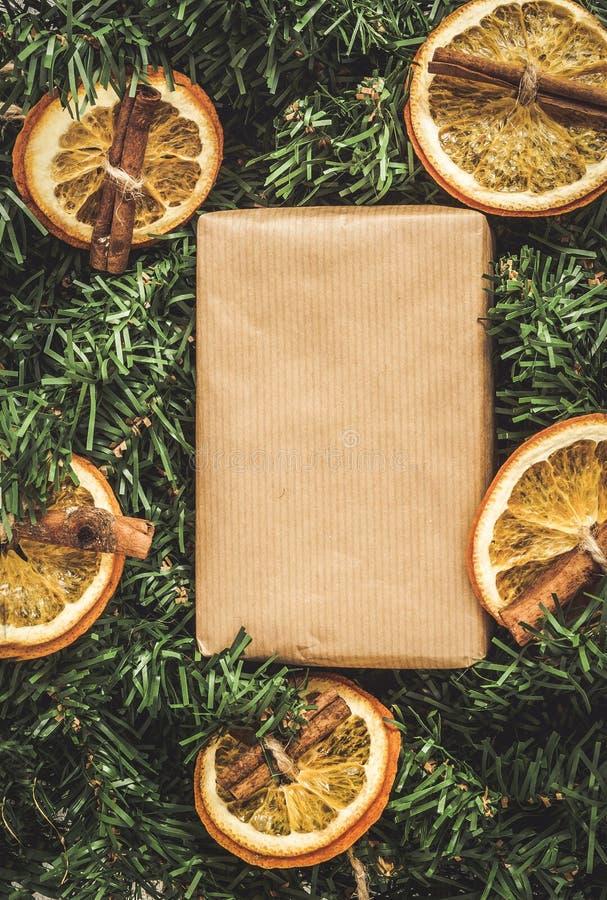El pino ramifica, regalo del arte, naranjas secadas, canela, ef imagenes de archivo