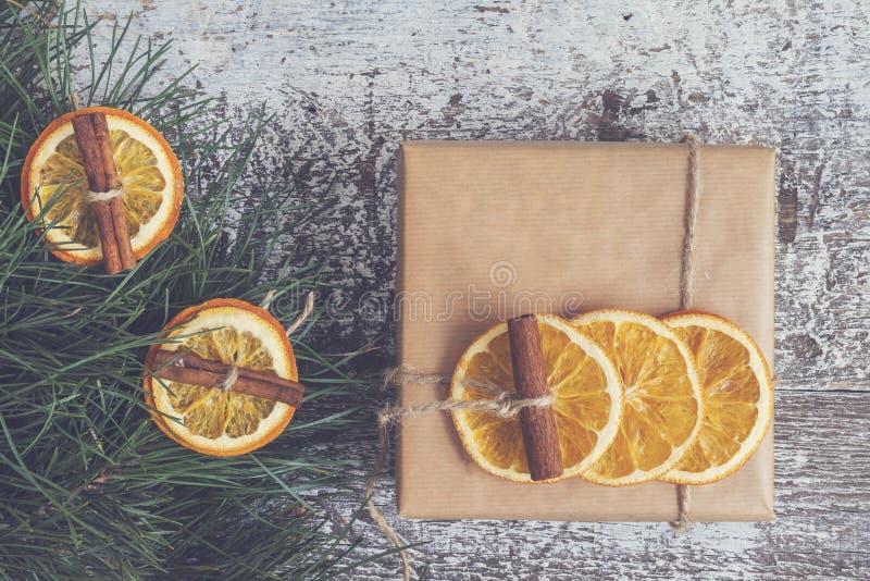 El pino ramifica, regalo del arte, naranjas secadas, canela, ins de la visión superior foto de archivo libre de regalías