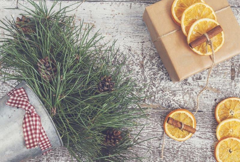 El pino ramifica, regalo del arte, naranjas secadas, canela, ins de la visión superior fotos de archivo