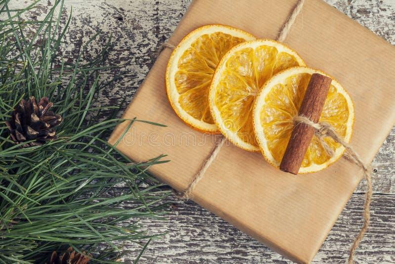 El pino ramifica, regalo del arte, naranjas secadas, canela, ins de la visión superior imagen de archivo