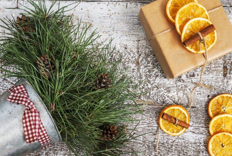 El pino ramifica, regalo del arte, naranjas secadas, canela, visión superior fotos de archivo libres de regalías