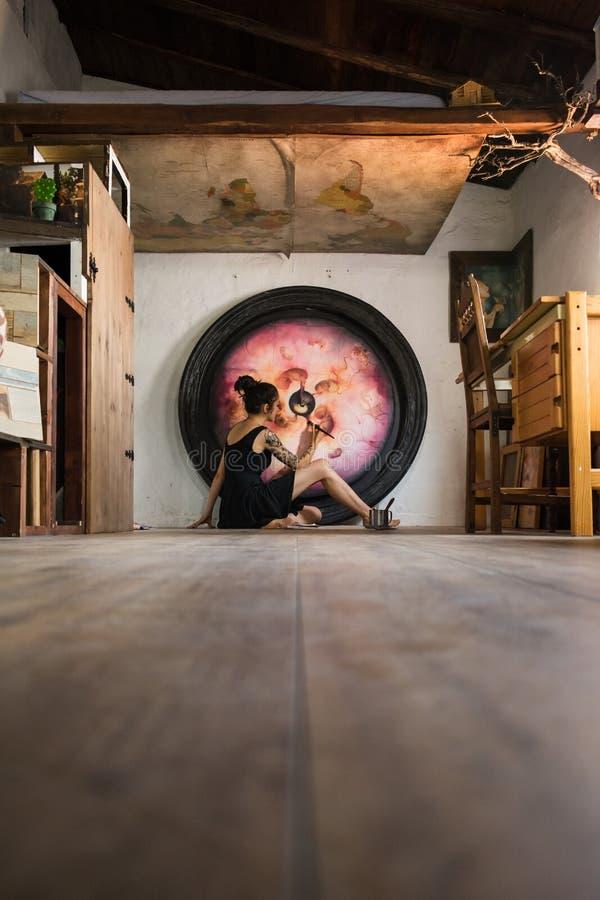 El pintor acaba su gran pintura que miente en el piso imagen de archivo libre de regalías