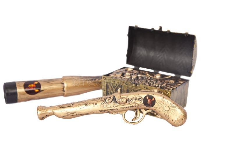 El pirata atribuye el tesoro, el arma y binocular foto de archivo libre de regalías