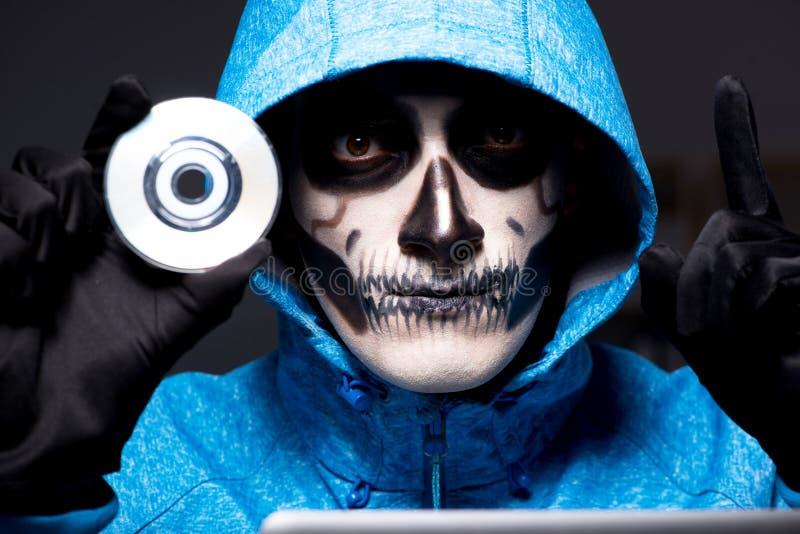 El pirata informático asustadizo que corta el cortafuego de la seguridad tarde en oficina fotografía de archivo