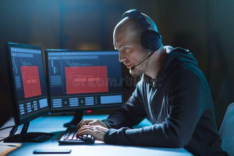 El pirata informático con el acceso negó mensajes en los ordenadores foto de archivo libre de regalías