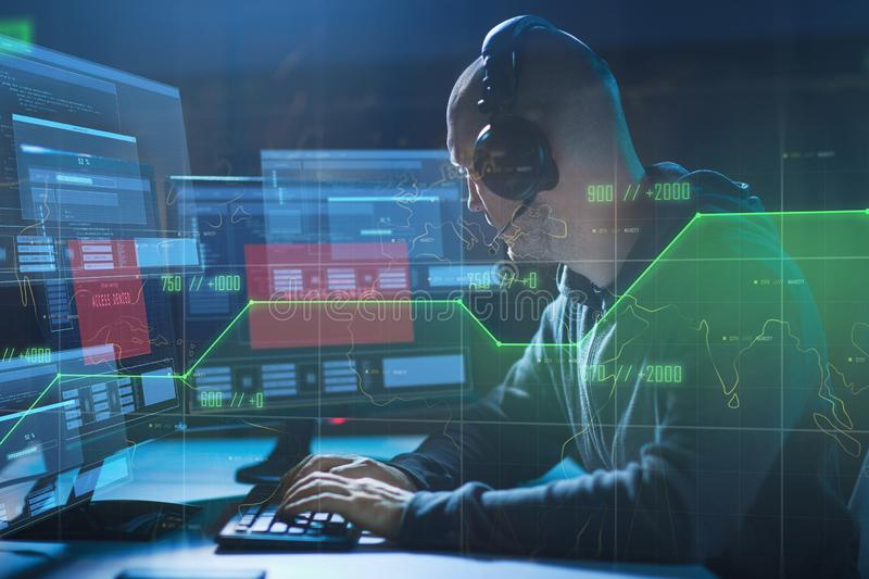 El pirata informático con el acceso negó mensajes en los ordenadores fotografía de archivo
