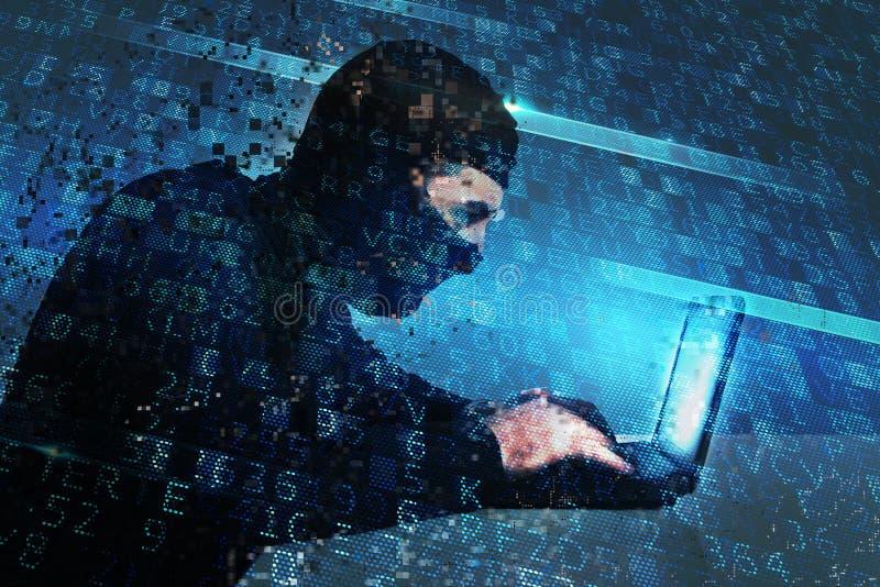 El pirata informático crea un acceso por puerta trasera en un ordenador Concepto de seguridad de Internet foto de archivo