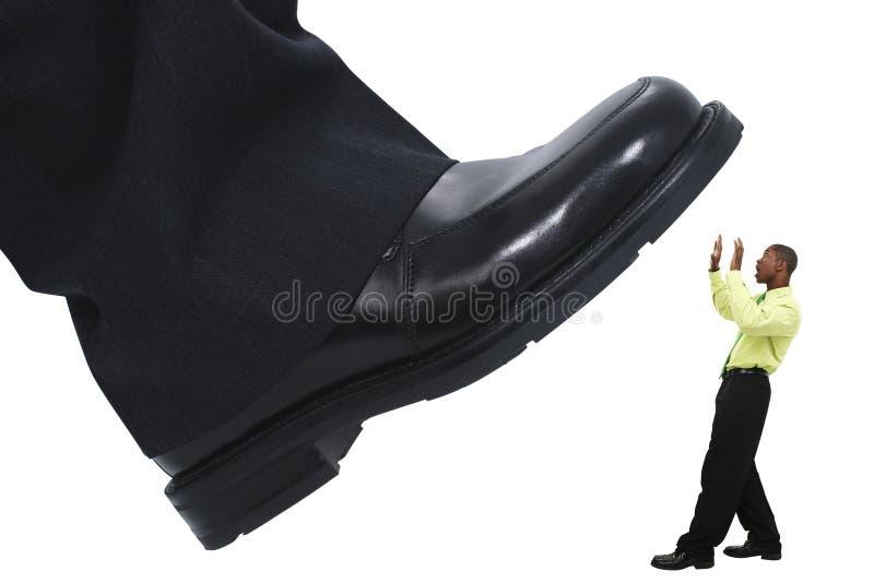 El pisar fuerte del escalonamiento del pie del hombre de negocios hacia fuera la competición fotografía de archivo