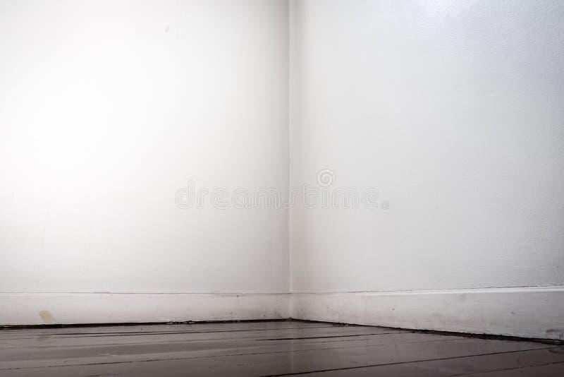 El piso de entarimado de la pared blanca vacía y del marrón oscuro en perspectiva compite fotos de archivo libres de regalías