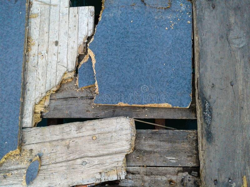 El piso de madera roto viejo que debe ser renueva fotos de archivo