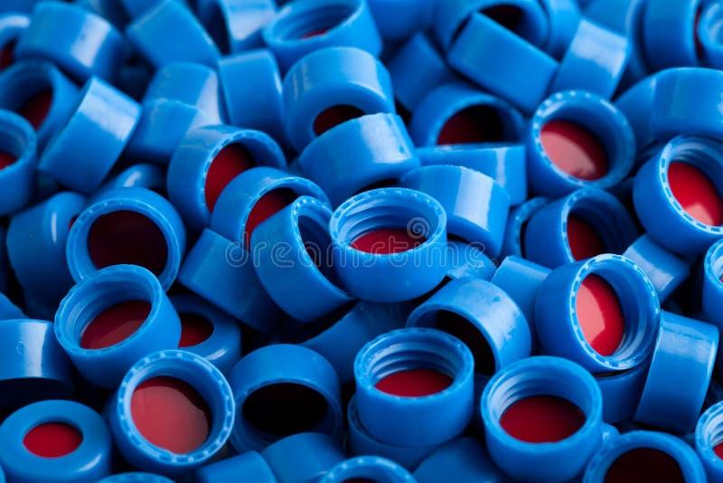 El plástico azul y rojo capsula el fondo fotografía de archivo