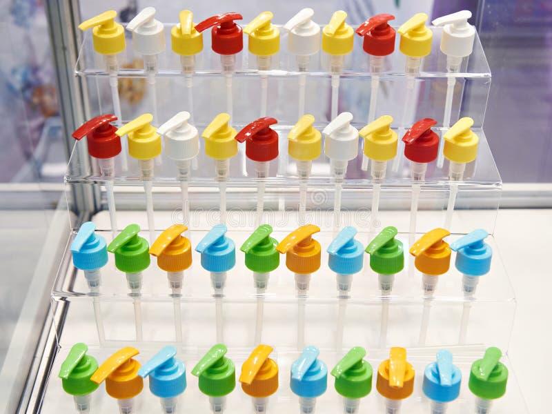 El plástico cubre los dispensadores para las botellas en tienda fotos de archivo libres de regalías