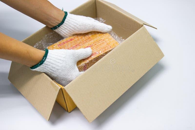 El plástico de burbujas del control del hombre de la mano, para embalar y el producto de la protección se agrietó imagenes de archivo