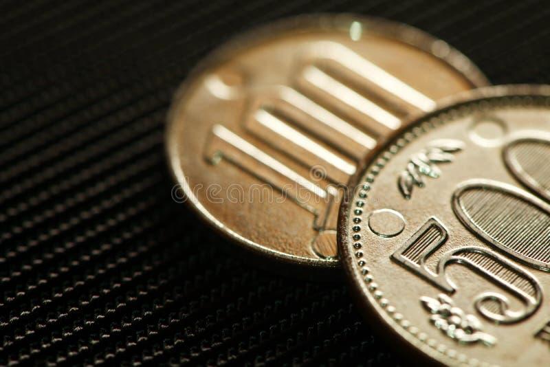 El plástico hizo escena de la moneda del juguete imagenes de archivo