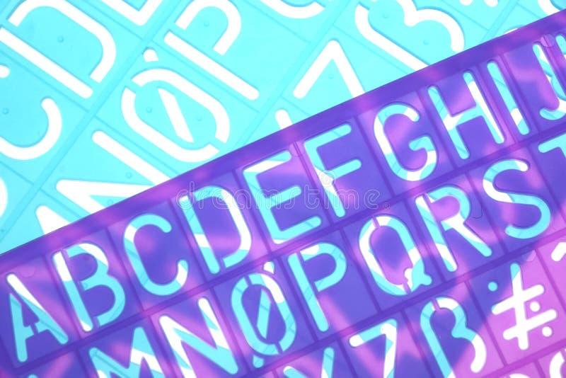 El plástico inglés de las letras estarce alfabeto libre illustration