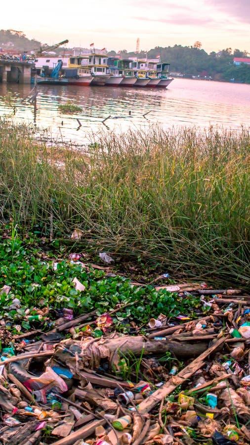 El plástico trashes en el río fotografía de archivo