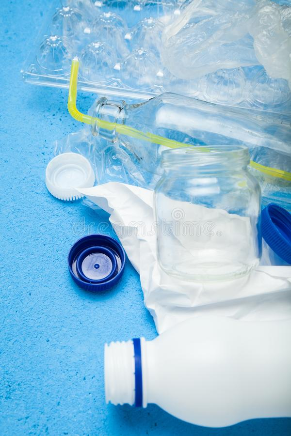 El plástico y el papel vacíos utilizaron el empaquetado para la comida y las bebidas, verticalmente fotografía de archivo libre de regalías
