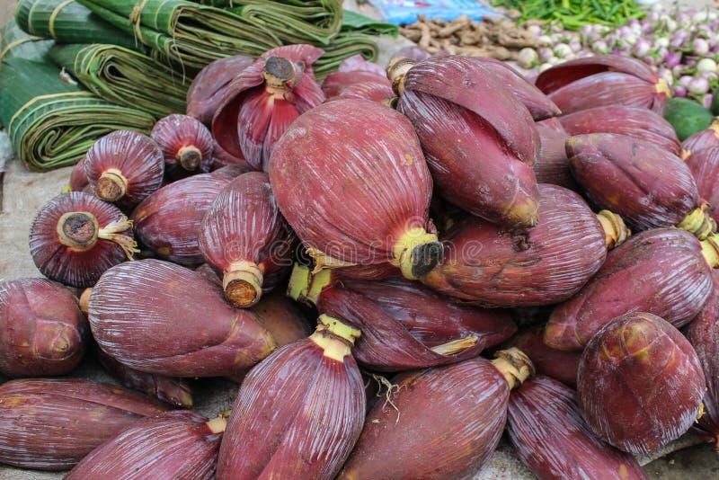 El plátano florece en un mercado, Pakse, Laos imagen de archivo