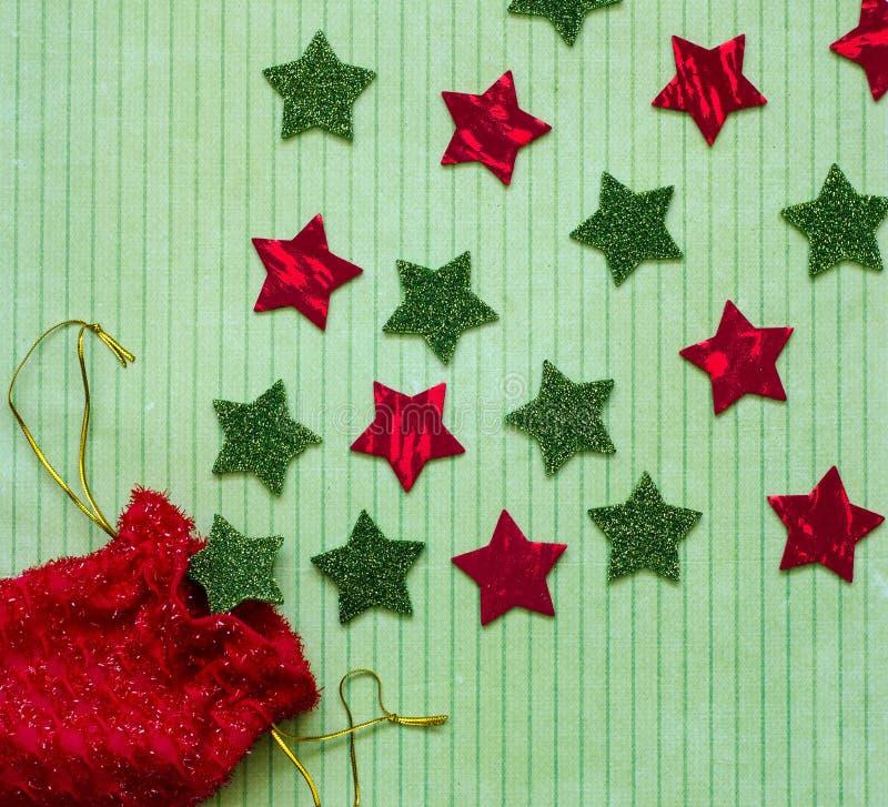 El placer de las estrellas del rojo y del verde y el regalo rojo empaquetan imagen de archivo libre de regalías