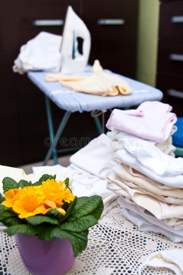El planchar de la ropa del bebé foto de archivo libre de regalías