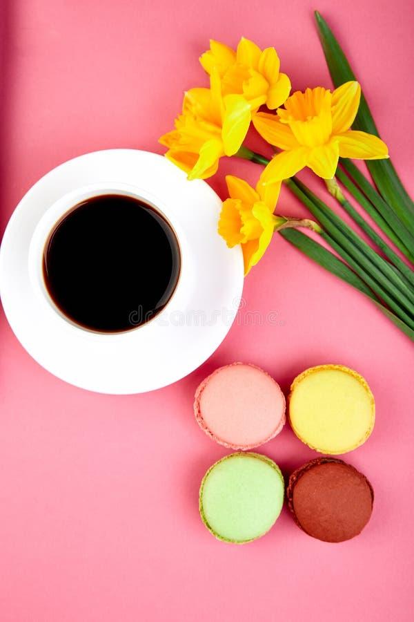 El plano colorido pone con los macarrones y el café del narciso de las flores imagen de archivo libre de regalías