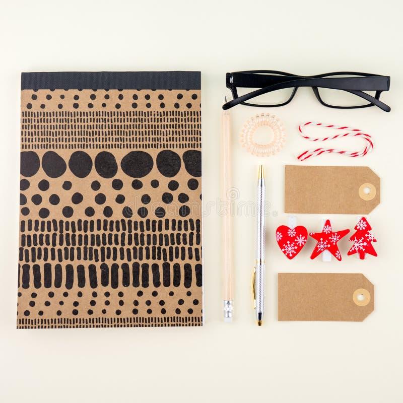 El plano creativo pone la foto del escritorio del espacio de trabajo con las lentes, la pluma, el lápiz y el cuaderno, estilo mín foto de archivo libre de regalías