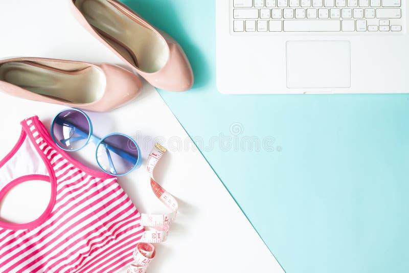 El plano creativo pone el ordenador portátil, los accesorios del ` s de la mujer y el fitne foto de archivo libre de regalías