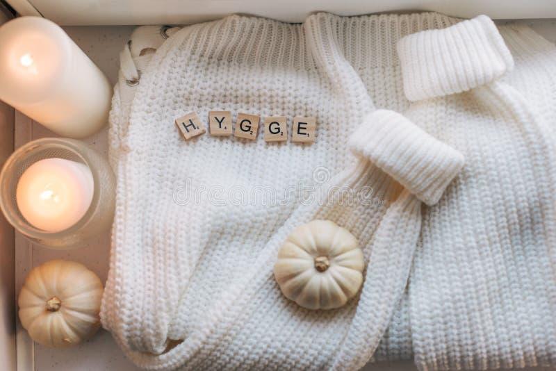 El plano de Hygge pone con el suéter y las velas imagen de archivo