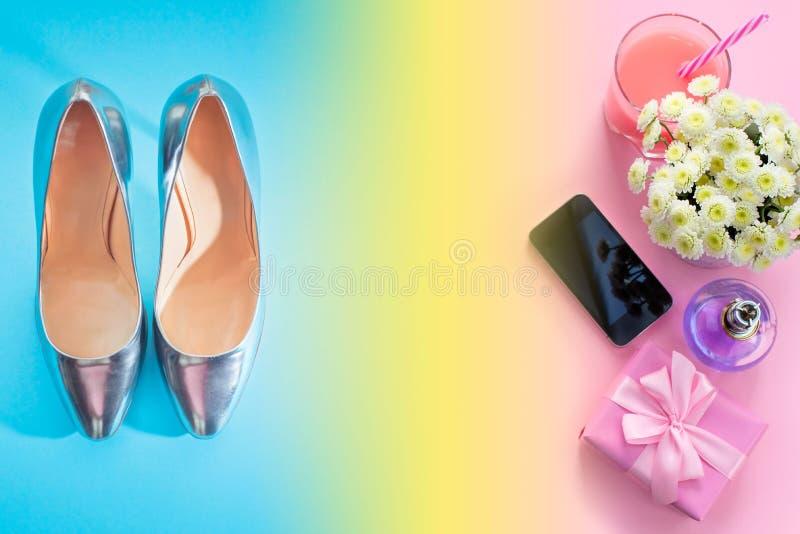 El plano de la composición pone el regalo a un ramo de cristal moderno del perfume del cóctel del teléfono móvil del artilugio de stock de ilustración