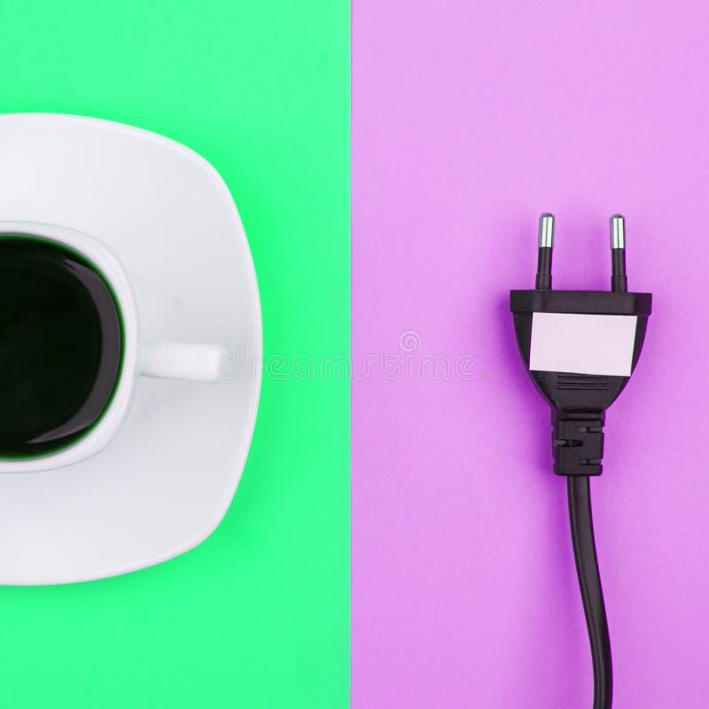 El plano de moda pone concepto mínimo, el cordón desenchufado y la taza del fondo brillante del café n, concepto de una rotura imágenes de archivo libres de regalías