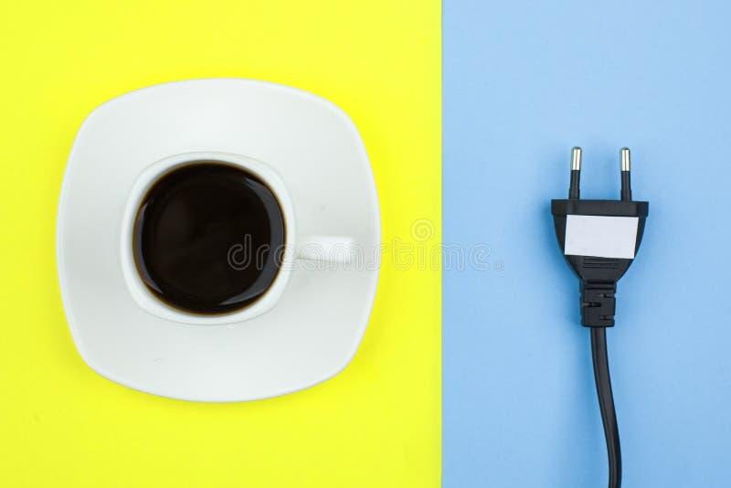 El plano de moda pone concepto mínimo, el cordón desenchufado y la taza del fondo brillante del café n, concepto de una rotura, r imágenes de archivo libres de regalías