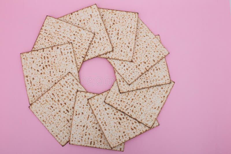 El plano del diseño de la mandala del Matzah del fondo de la pascua judía pone el día de fiesta judío Nisan del pesach rosado fotos de archivo libres de regalías