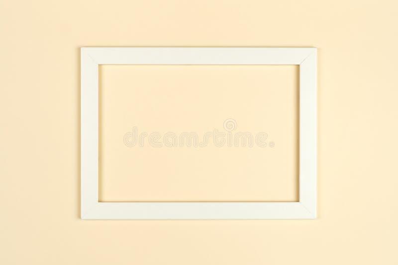 El plano del marco pone en backgrou en colores pastel texturizado del papel coloreado imagen de archivo libre de regalías