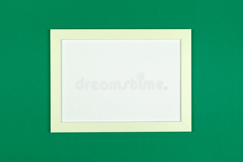 El plano del marco pone en backgrou en colores pastel texturizado del papel coloreado imágenes de archivo libres de regalías