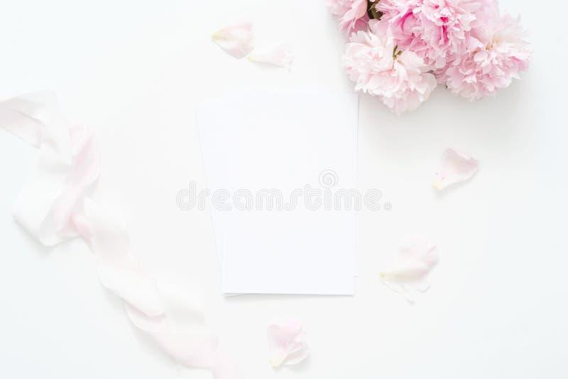 El plano femenino de la boda o del cumpleaños del verano pone la composición con el ramo floral de las peonías y la cinta de la s imágenes de archivo libres de regalías