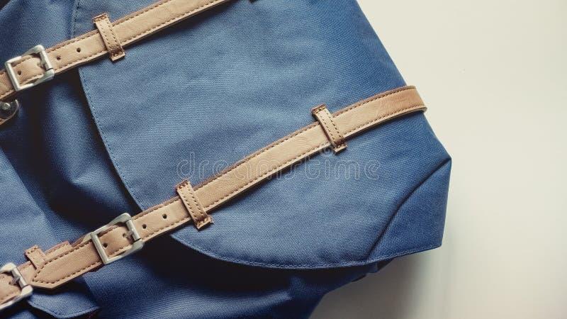 El plano largo del viaje del día de fiesta pone concepto con la mochila y el listón azules imagenes de archivo