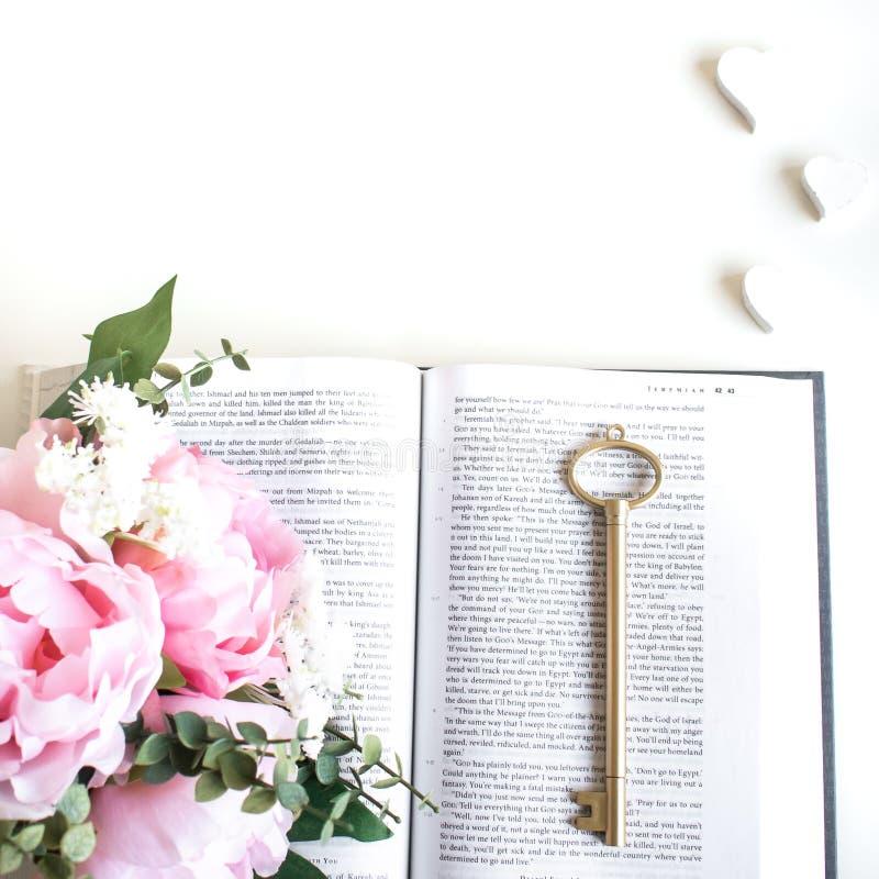 el plano pone con diversos accesorios; ramo de la flor, rosas rosadas, libro abierto, biblia imágenes de archivo libres de regalías