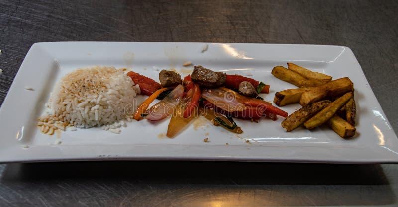 El plato peruano clásico Lomo Saltado fotografía de archivo