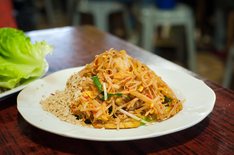 El plato tailandés de los tallarines del cojín clásico sirvió en un restaurante local fotografía de archivo libre de regalías
