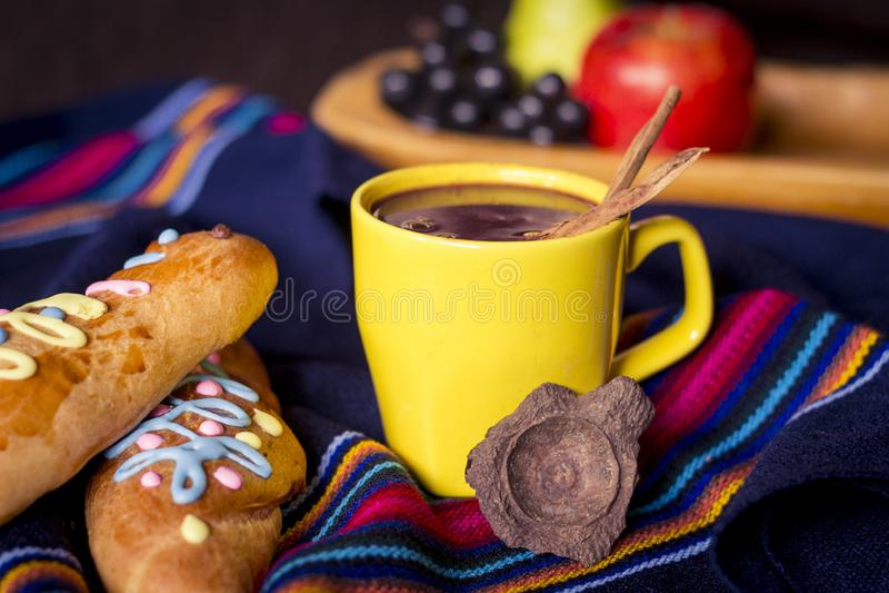 El plato y la bebida tradicionales Ecuador, llamaron: Colada Morada y guaguas del pan fotos de archivo libres de regalías