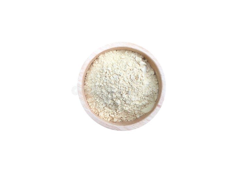El poder de la cúrcuma en la taza de madera para la piel y la cara friegan en el balneario de Tailandia aislaron en el fondo blan imagen de archivo